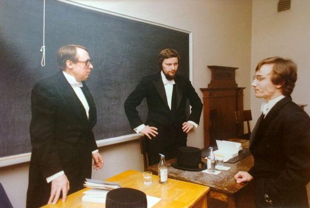Kuva Esa Saarisen väitöstilaisuudesta vuodelta 1977. Kuvassa ovat Jaakko Hintikka, Ilkka Niiniluoto ja Esa Saarinen.