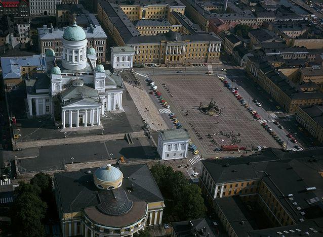 Helsingin yliopiston päärakennus ja Valtioneuvoston linna sijaitsevat vastakkaisilla puolilla Senaatintoria. Kuva: Helsingin kaupunginmuseo, SKY-FOTO Möller, CC BY-ND 4.0.