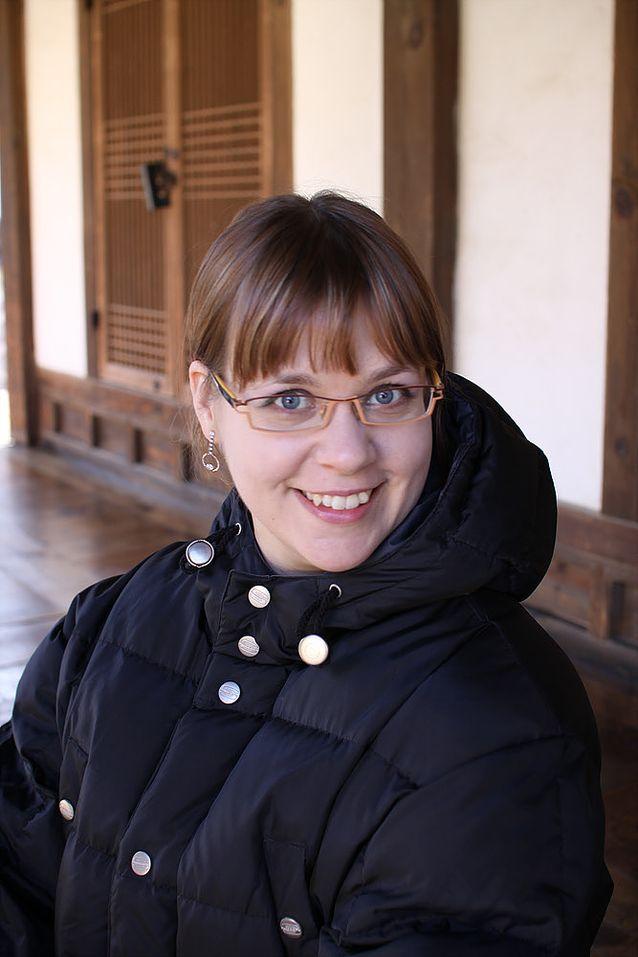 Taru Salminen on tällä hetkellä vuoden virkavapaalla toimestaan suurlähetystössä. Hän käyttää ajan niin opiskeluun, sukulaisten tapaamiseen kuin kirjan promoamiseen. Kuva: Kotiarkisto.