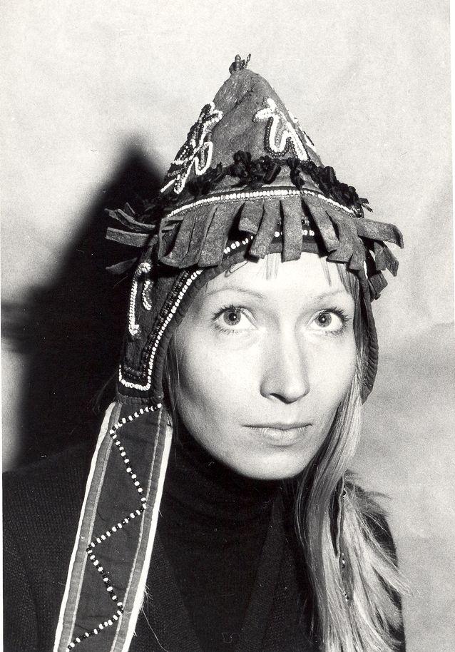 Anna-Leena Siikala shamaanipuvun mallina Leningradissa vuonna 1973.