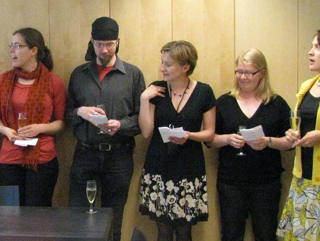 Folkloristeilla on tapana laulaa kaikissa juhlissaan.