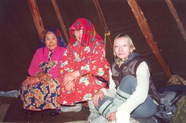 Kolme Annaa, nenetsi, hanti ja suomalainen Vershina- Vojkarin lähellä vuonna 2000. Kuva: Valerij Sharapov.
