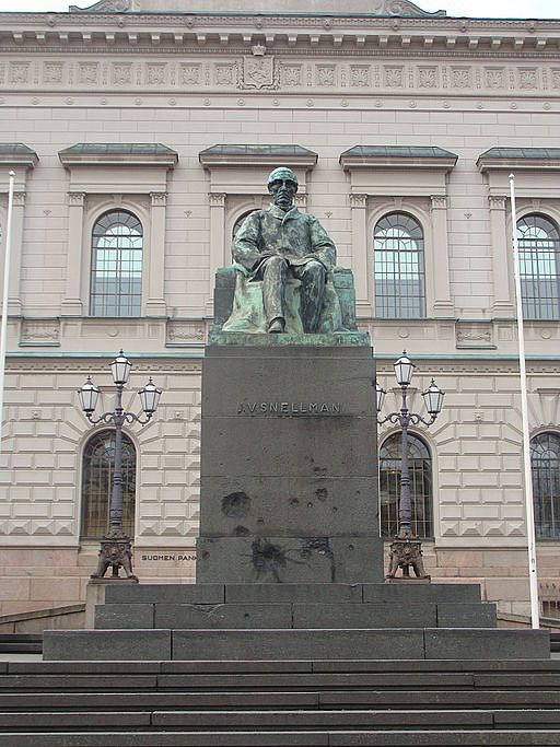 """""""Kansallisfilosofi"""" Snellmanin muistoksi on pystytetty useita muistomerkkejä. Merkittävin niistä sijaitsee Suomen Pankin edessä. Kuva: Wikimedia Commons / Lisenssi: CC BY-SA 3.0."""
