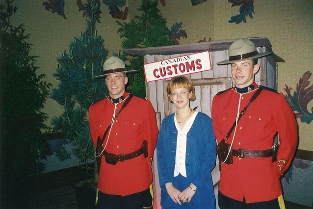 Kati Suurmunne ja kaksi kanadalaista ratsupoliisia vuonna 1997 Kanadan Whistlerissä Timberjackin 50-vuotisjuhlassa. Kuva: Kati Suurmunnen kotiarkistosta.