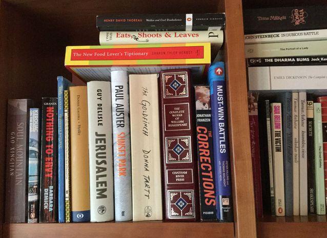 Kirjoista vain rakkaimmat jäävät, muuten kierrätän aktiivisesti. Kirjahyllyssäni ei ole juuri minkäänlaista logiikkaa tai järjestystä.