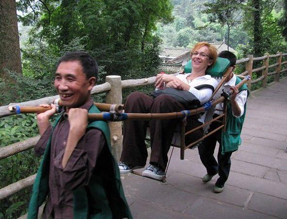 Sichuanissa kävimme myös Leshanin jättiläisbuddha-patsailla Min-, Quingyi- ja Dadu-jokien muodostamassa kolmiossa. Emei-vuorella teimme matkaa kantotuoleissa - kunniavieras ei voinut kyydistä kieltäytyä, vaikka kantajat näyttivät kovin heiveröisiltä.