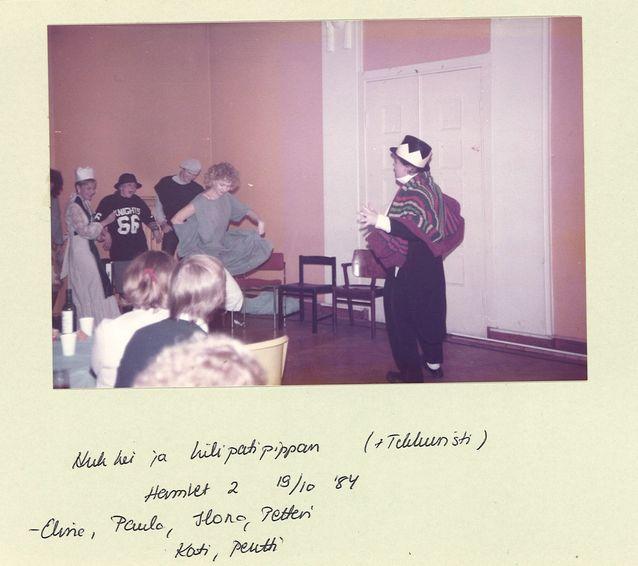 Erilainen Hamlet SUB ry:n juhlissa lokakuussa 1984. Kuolleista herännyt Ofelia heittäytyy tanssiin kuninkaan laulaessa tahtia. Kuva Kati Suurmunnen kotialbumista.