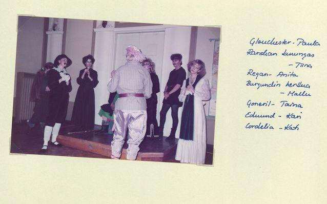 SUB ry:n pikkujouluissa marraskuussa 1983 Kuningas Lieriön hoviväki vielä elossa. Oikealla Kati Suurmunne Cordeliana. Kuva Kati Suurmunnen kotialbumista.