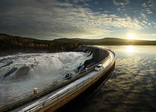Kati Suurmunne työskentelee Fortumin talousviestinnässä. Fortum pyrkii estämään ilmastonmuutosta lisäämällä mm. vesivoiman käyttöä ja sähköautoilua. Kuva: Fortum.