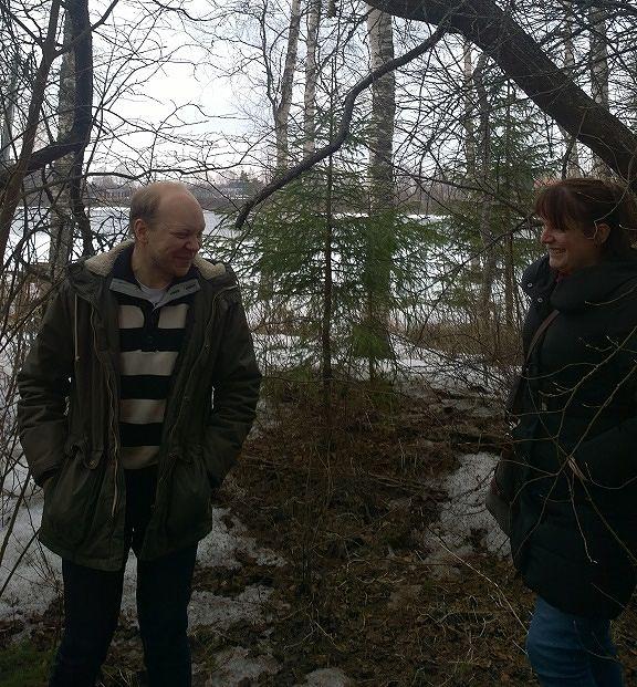 Tutkijatohtori Oula Seitsonen ja minä tutkimme mahdollista kaivausaluetta Rovaniemen ulkopuolella liittyen Lapin synkkä kulttuuriperintö – projektiin. Kuva: Eerika Koskinen-Koivisto.