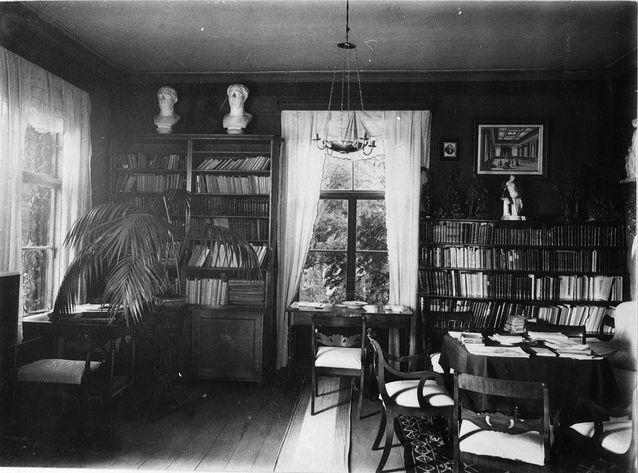 Zacharias Topeliuksen kirjasto Koivuniemessä vuonna 1879. Kuvalähde: Svenska litteratursällskapet i Finland.