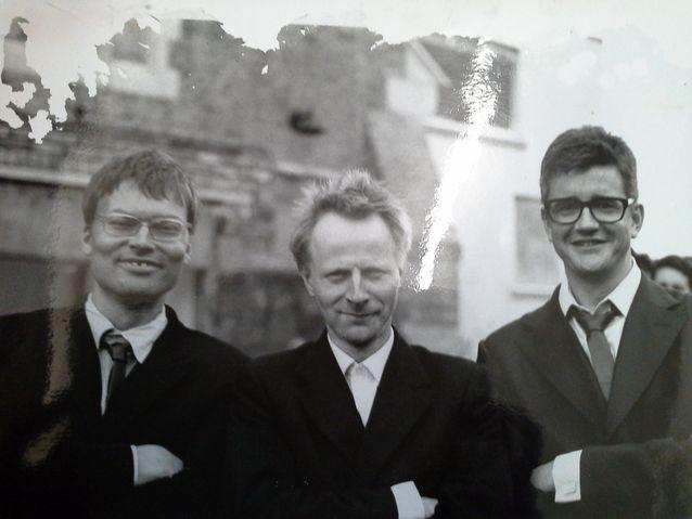 Kuvassa vasemmalla Jali Wahlsten, keskellä Petri Sirviö (Mieskuoro Huutajat) ja oikealla Jay Jopling (kuuluisa taidevälittäjä, White Cube -galleria). Mieskuoro Huutajat kävivät esiintymässä Itä-Lontoon Haggerstonissa kesäkuussa 1997. Petri ja Huutajat lahjoittivat Jalille ja Jaylle kuvassa näkyvät mustat kumiset kravatit, jotka oli valmistettu Nokian renkaista.