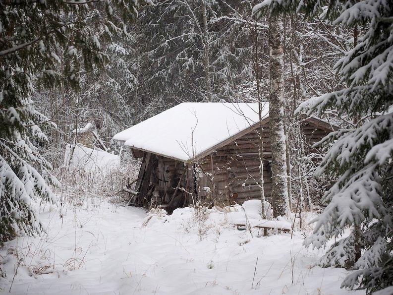 Piha-aitasta löytyivät polttopuut. Vanhus lämmitti talonsa pelkillä polttopuilla loppuun saakka.
