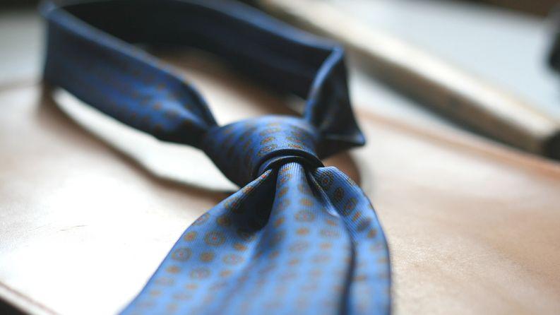 Johdon konsultin tunnistaa muista lukuisista konsultti-nimikettä kantavista töistä yleensä solmiosta.