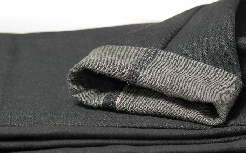 Testiksi kavensin farkkujen lahkeita. Käännökset eivät olisi kovin nätit ompelukoneella tehtyinä! Kavennuksen tein sisälahkeesta, koska halusin jättää selvage-reunan koskemattomaksi.