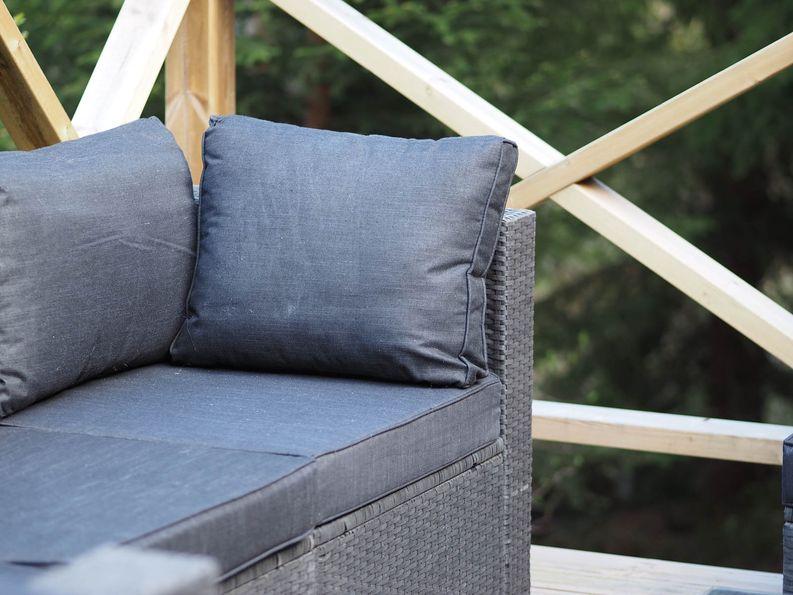 Tyynyjen materiaalin kannattaa myös olla vedenpitävä - kaltaiseni laiska mies ei näitä tule sateelta pois korjaamaan.