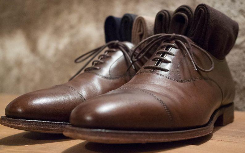 Ruskeat oxfordit, suklaanväriset sukat ja tummansiniset housut on luotu yhteen.