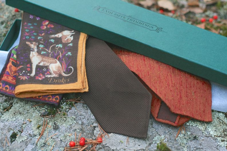 Drakes taskuliina ja Exquisite Trimmings brändin asusteita.