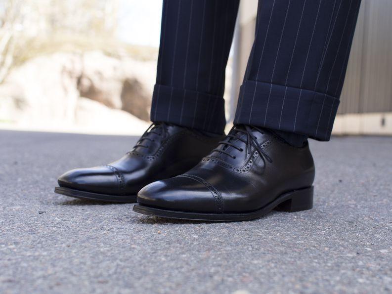 Konsultille ja lakimiehelle myös liituraita on vahva vaihtoehto! Mustat ja kiillotetut oxford-kengät viimeistelevät aina business-asun. By TheNordicFit