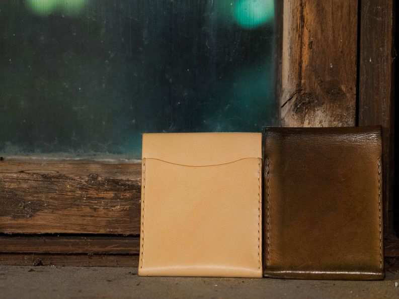Koska jokainen lompakko tehdään tilauksesta käsityönä, voi sen valita avoimella takataskulla tai ilman.
