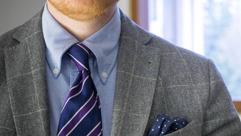 Värivaihtoehtoja on toistaiseksi vain sininen, mutta valkoisten paitojen ohella muutahan ei tarvitakaan.