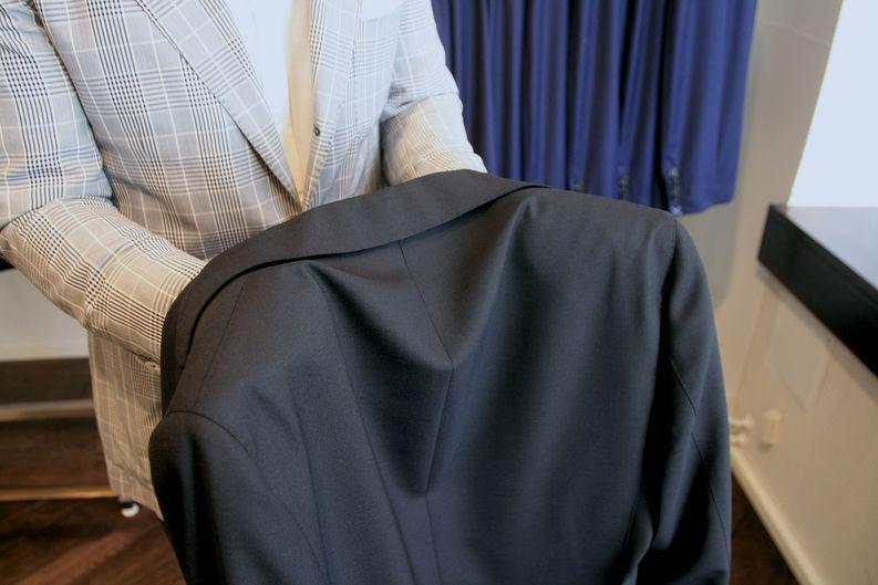 Demo-takiksi valikoitui Sauman hyllystä huikean hieno musta Lardinin puku.