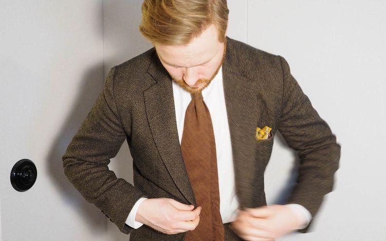 Rakenne on kevyt ja hartialinja luonnollinen, kunhan paita ei jää liikaa kirraamaan. Kuvan solmio on muuten E-F-V:n Erikin aiemman käsityöyrityksen taidonnäyte jokusen vuoden takaa.