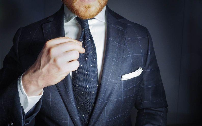 Valkoinen paita ja taskuliina, rauhallinen business-puku ja tummansininen pin dot solmio olisivat minun valintani konsultin työhaastatteluun.