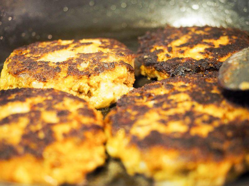 Vegaanit syököön salaattia. Oma osaaminen ei olisi riittänyt paistettavan massan luomiseen ilman munaa ja juustoa.