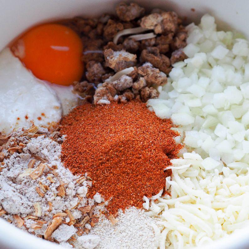 Tässä ainekset kasvispihveihin á la Ohituskaistalla: muna, quorn, sipuli, juusto, sipulisekoitus, kermaviili, mausteet.
