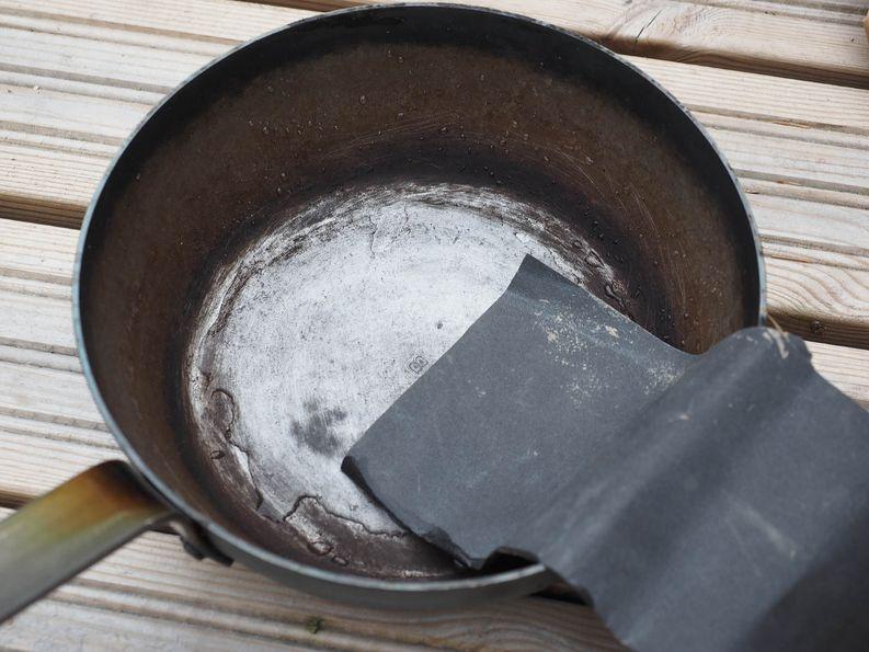 Uusiksi meni! Onneksi hiiliteräspannun voi hioa vesihiomapaperilla ja aloittaa puhtaalta pöydältä.