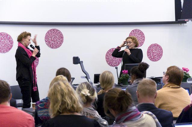 Jessica Parland-von Essen på Svenska Social- och Kommunalhögskolans mediaseminarium 2013, tillsammans med Anu Koivunen. Foto: Thomas Silén, licens: CC-BY-NC 2.0.