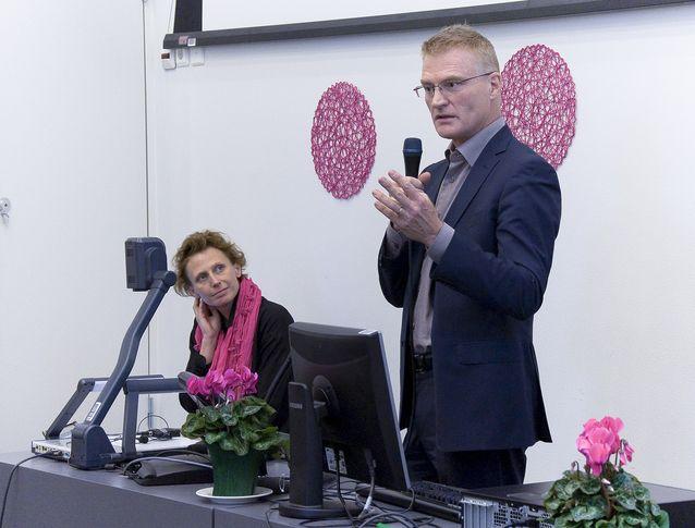 Jessica Parland-von Essen på Soc & Koms mediaseminarium 2013, tillsammans med professor Henrik Meinander. Foto: Thomas Silén, licens: CC-BY-NC 2.0.