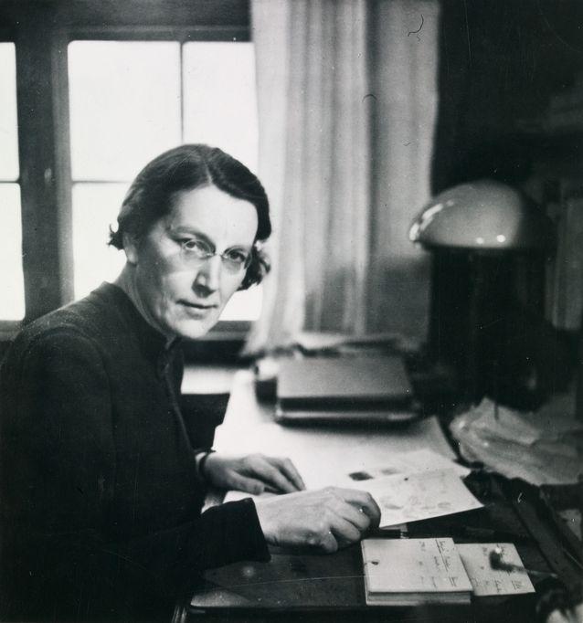 Ella Kivikoski työpöytänsä ääressä. Kivikoski piti yhteyttä opiskelijoihin myös tämän huoneen ulkopuolella. Kuva: Museovirasto