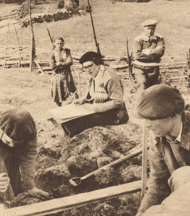 Ella Kivikoski kaivauksilla tutkimassa Laitilan Soukaisten tarhakalmistoa. Kuva: Wikimedia Commons.