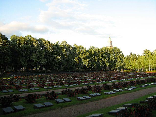 Gunnar Mickwitz kaatui Pienperossa 18.2.1940. Hänet on haudattu Hietaniemen hautausmaalle monen muun sodissa kaatuneen helsinkiläisen kanssa. Kuva: Wikimedia Commons, lisenssi CC BY-SA 3.0.