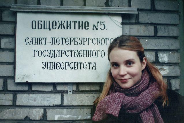 Kirsikka Saari asui Vasilinsaarella, asuntola numero 5:ssä, ollessaan Pietarissa Erasmus-vaihdossa. Huonekaverina hänellä oli aluksi Mikaela Strömberg, josta sittemmin tuli kirjailija.