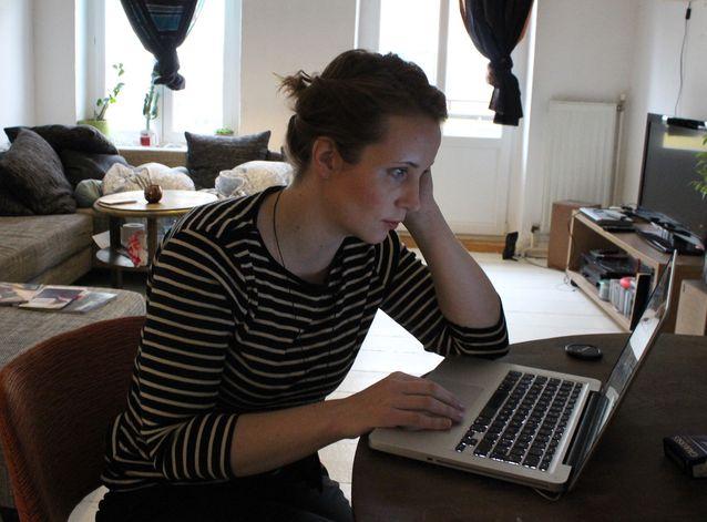 Käsikirjoittaja ja työkone. Kirsikka Saari palaa usein yliopiston kirjastoon kirjoittamaan, varsinkin silloin, kun kirjoittaminen takkuilee. Kuva: Selma Vilhunen