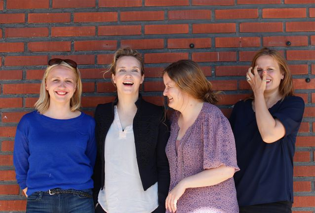 Tuffi Filmsin tiimi työskentelee määrätietoisesti omanlaistensa tarinoiden kertomisessa. Samalla yhtiön neljä osakasta pitävät tärkeänä hyvän meiningin ylläpitämistä. Vasemmalta oikealle kuvassa Elli Toivoniemi, Kirsikka Saari, Jenni Toivoniemi ja Selma Vilhunen. Kuva: Tommi Hakanen.