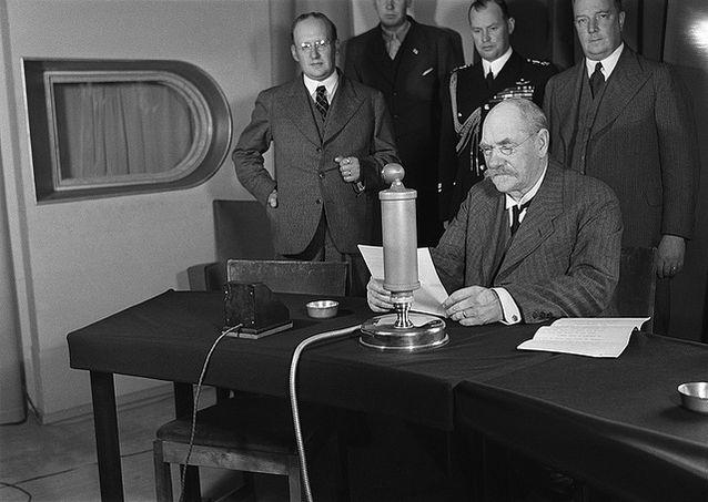 P.E. Svinhufvud aloittamassa radiopuhetta. Kuva: Ylen Elävä arkisto.
