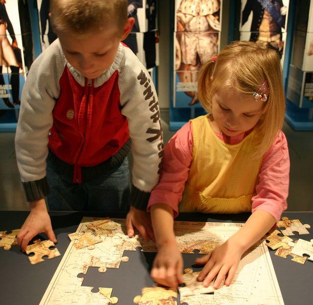 Kansallismuseon toiminnallisessa työpaja Vintissä voi muun muassa koota Suomen karttoja palapeleinä. Kuva: Museovirasto / Hanna Forssell