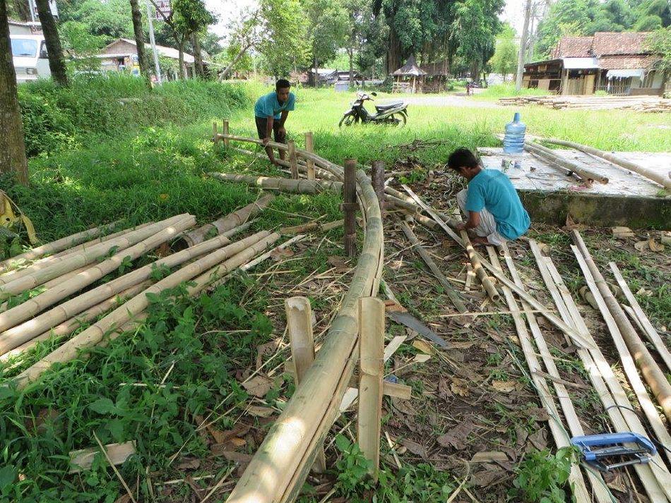 Gefertigt wird alles für die Bambuskuppel von Center Parcs Parc Sandur in einem Dorf auf Java