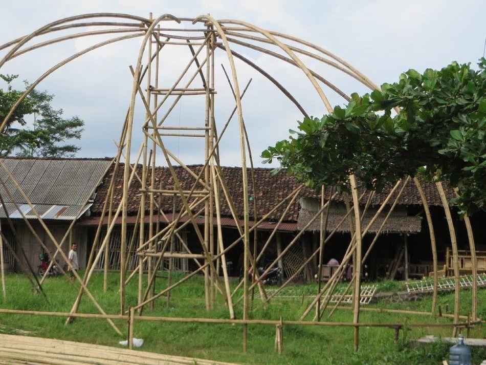 Die Bambuskuppel für das Parkzentrum von Parc Sandur entsteht
