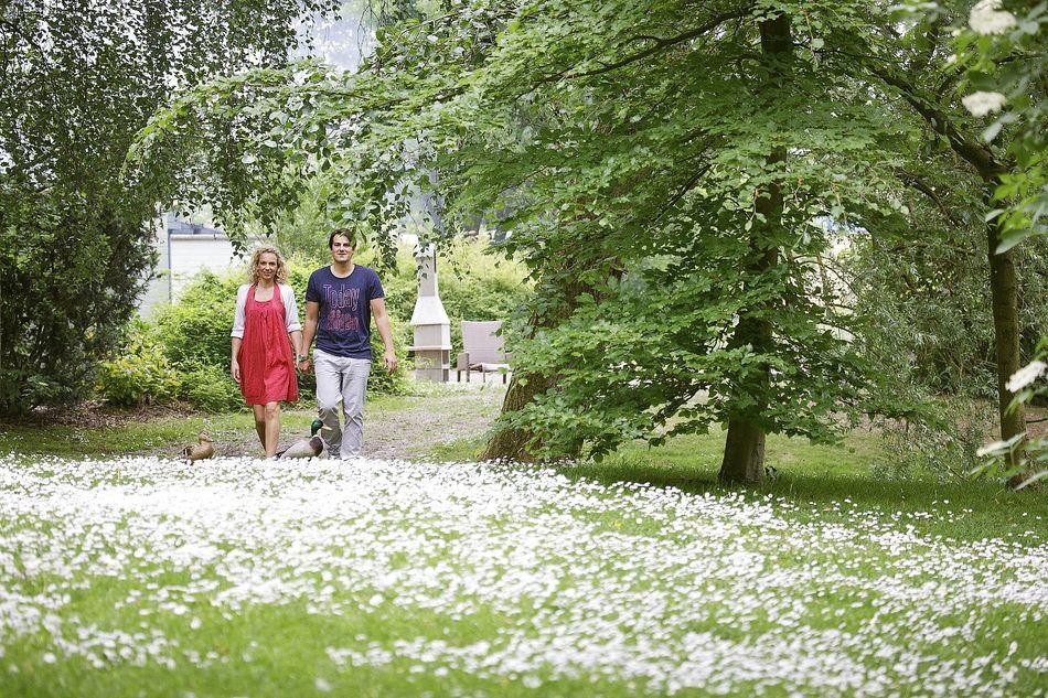 Hausbiologe Jean Henkens erklärt das Frühlingserwachen der Natur bei Center Parcs