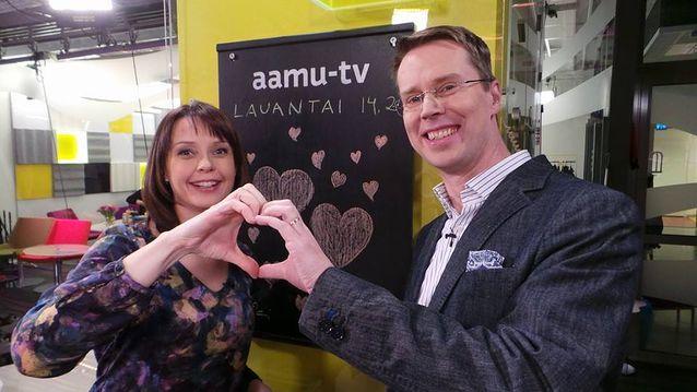Ylen aamu-tv:n juontajat Sari Huovinen ja Nicklas Wancke. Kuva: Ylen aamu-tv.