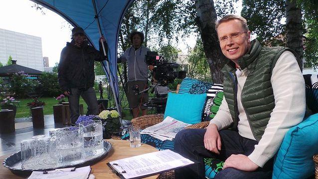 Nicklas Wancke valmistautumassa aamu-tv:n lähetykseen. Kuva: Ylen aamu-tv.