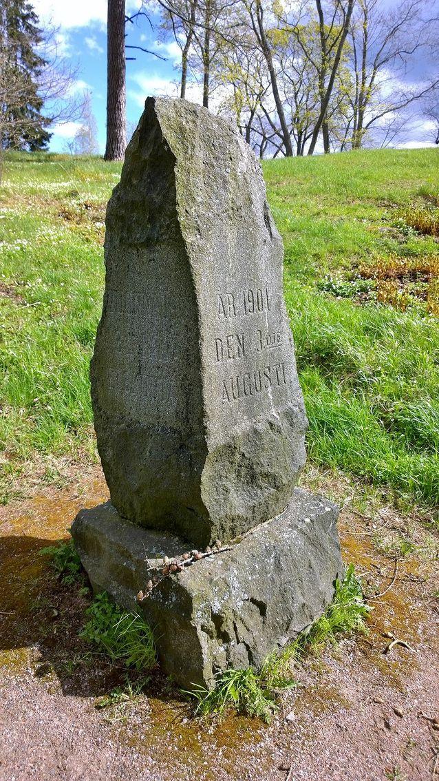 Kagaalin kunniaksi pystytettiin vuonna 1901 muistokivi Laajasalon Tullisaaren puistoon. Tekijä tuntematon.  Wikimedia Commons. CC BY-SA 4.0