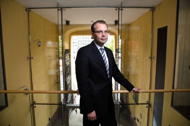 Ministeri Niinistö puolustusministeriössä kuvattuna.