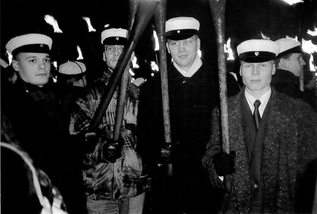 Itsenäisyyspäivän 1992 soihtukulkue, Jussi Niinistö kuvassa kolmas vasemmalta.