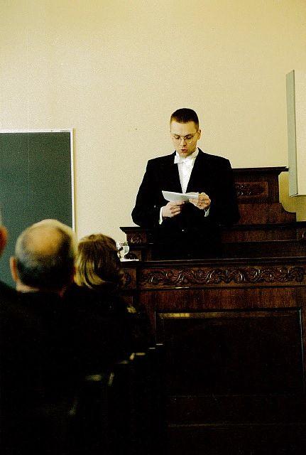 Niinistön väitöstilaisuutensa (4.4.1998) aluksi pitämä lectio preacursorian aiheena oli aktivismi ja sen pitkä linja. Kyse oli suomalaisista itsenäisyystaistelijoista.